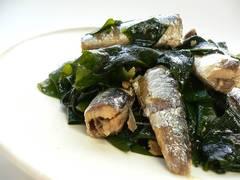Algas wakame y sardinas