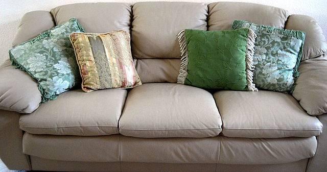 Come pulire un divano in modo semplice ed economico - Pulire divano non sfoderabile ...